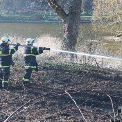 Požár porostu v Pikovicích - 7. 4. 2018